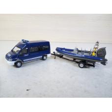 Модель Ford Transit с моторной лодкой (1/72)