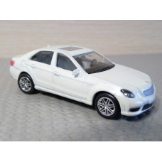 Модель автомобиля Mercedes-Benz AMG Е63 AMG (1/64)