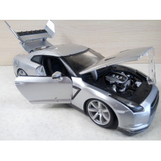 Модель автомобиля Nissan GT-R (1/18)